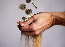 Две причины, почему деньги уходят как песок сквозь пальцы